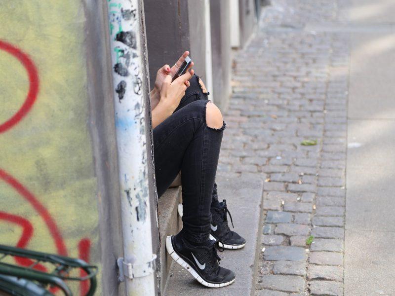 Du paaugliai iš vaiko bandė atimti telefoną