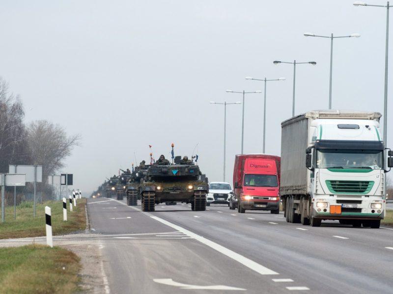Prasideda pratybos: per Lietuvą į gynybos pozicijas judės tankai, šarvuočiai