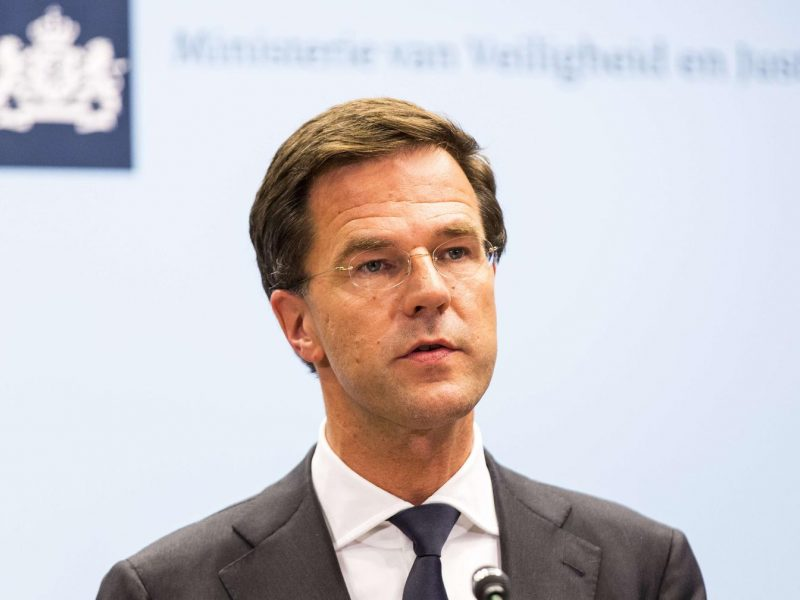 """Nyderlandų premjeras smerkia """"nusikalstamą smurtą"""" per protestus dėl komendanto valandos"""