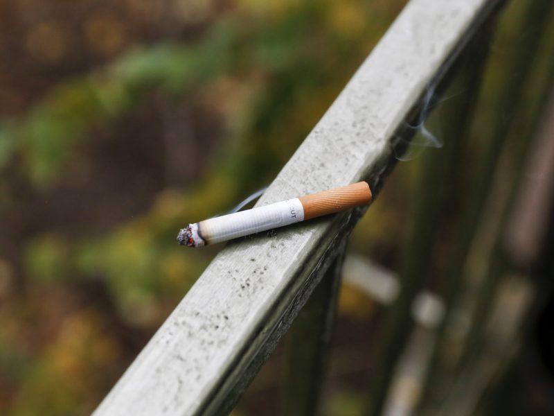 Kur logika: savo balkonuose rūkyti draudžiama, bendrame daugiabučio balkone – galima
