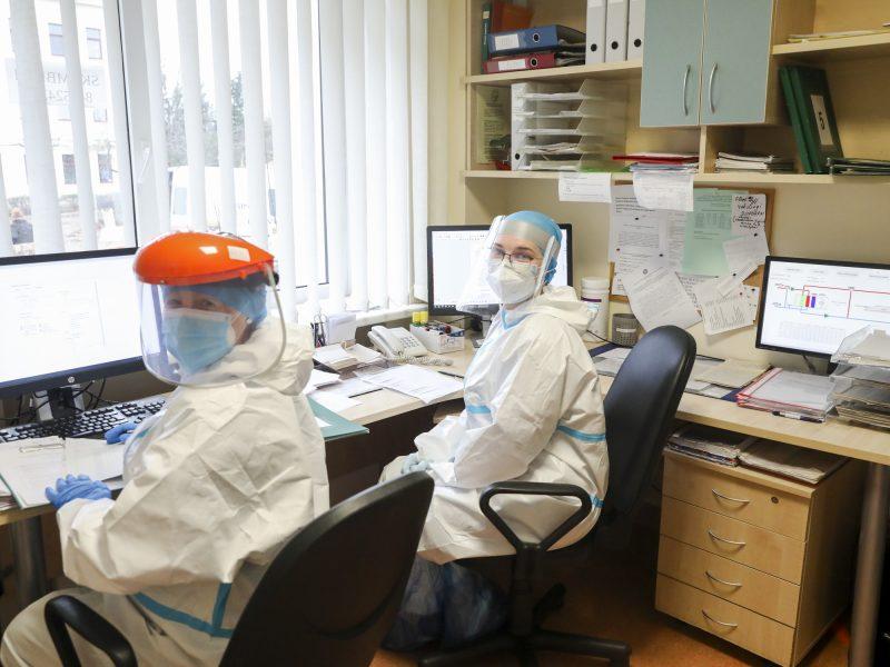 Medikai skundžiasi: darbe užsikrečia COVID-19, bet maksimalios ligos išmokos negauna