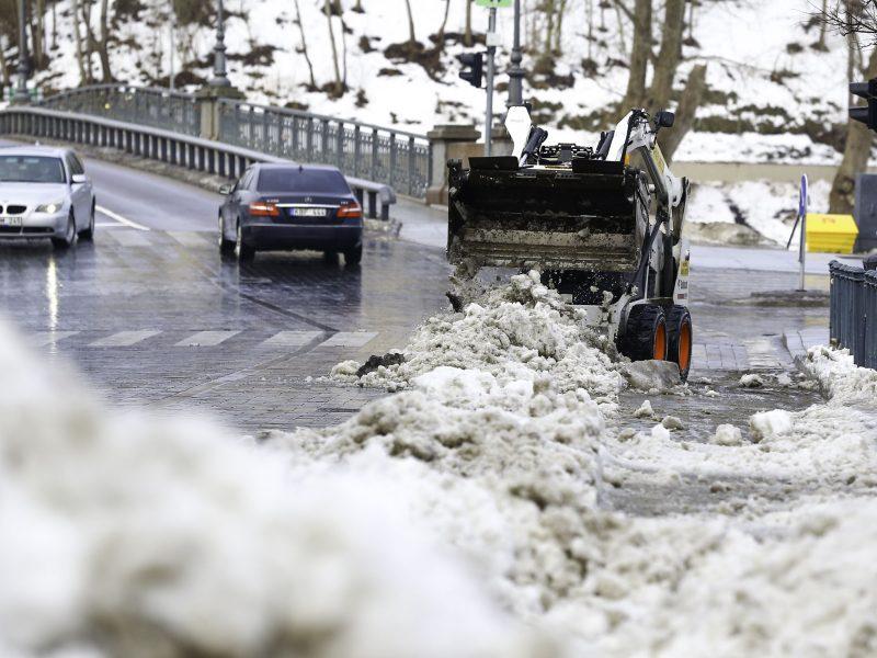 Kelininkai įspėja: vietomis keliuose tebėra provėžų ir pažliugusio sniego
