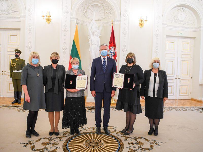 Prezidentas Žūvančiųjų gelbėjimo kryžiumi apdovanojo žydų gelbėtojus