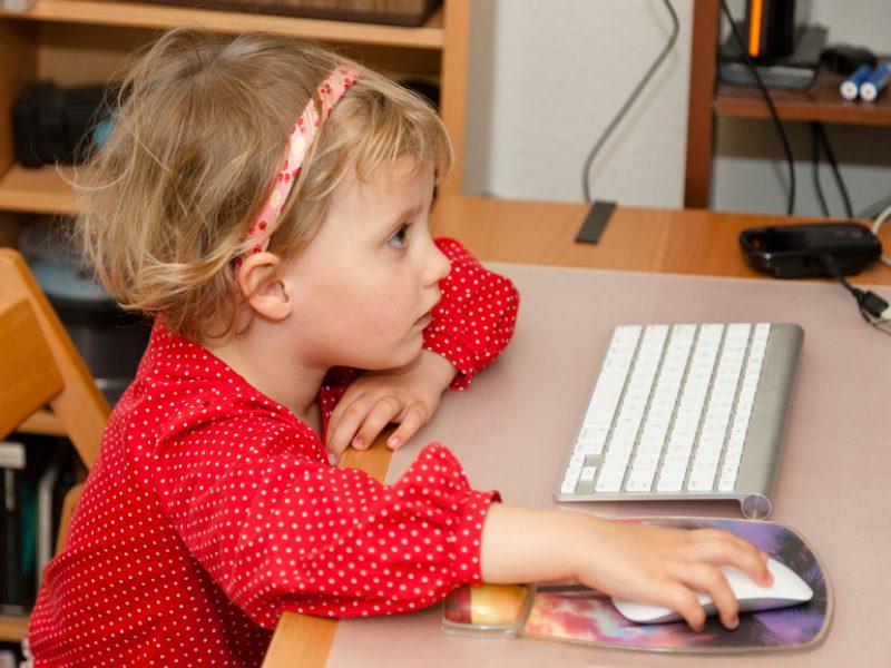 Patarimai tėvams, kad technologijos vaiką ugdytų, o ne bukintų