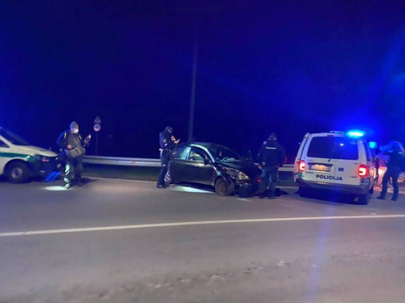 """Į atitvarą Vilniuje rėžėsi """"Ford"""": vairuotojas – visiškai girtas"""