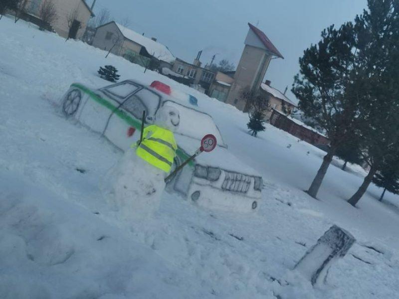 Išradingumui nėra ribų: netoli pagrindinio kelio eismą kontroliuoja policijos postas iš sniego