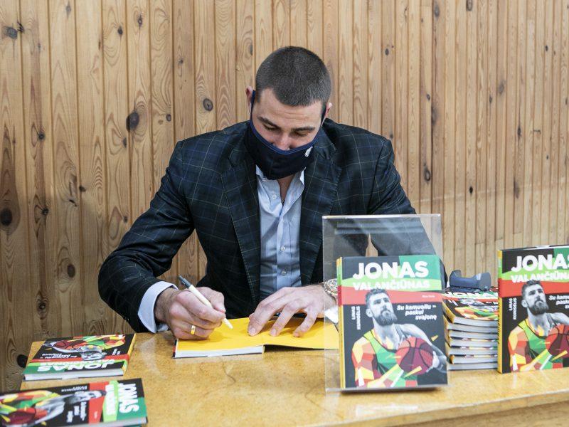 """Knygos """"Jonas Valančiūnas. Su kamuoliu paskui svajonę"""" pristatymas"""