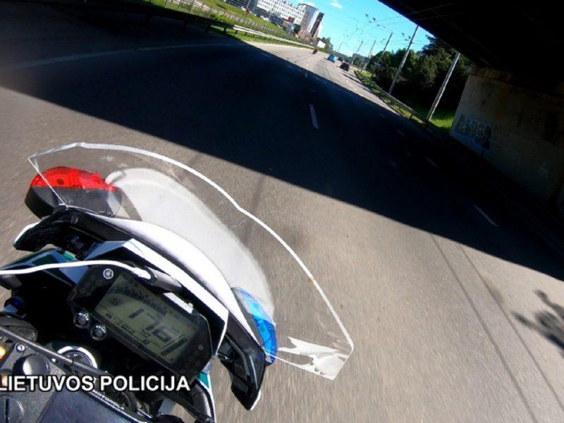 Užfiksavo gaudynes: motociklininkas nuo pareigūnų spruko didesniu nei 200 kilometrų greičiu