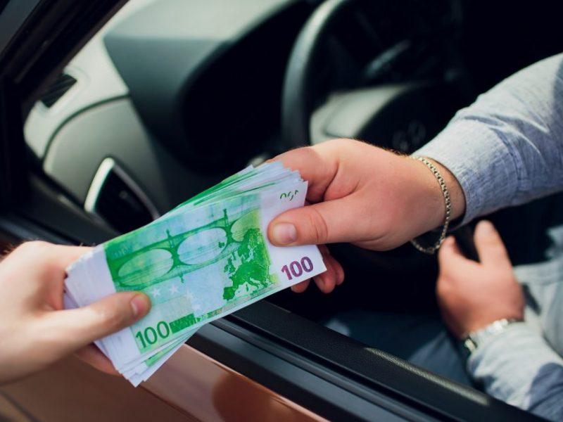 Kaune be teisių vairavęs vyras pareigūnams davė kyšį