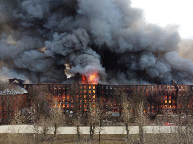 Sankt Peterburgo istoriniame fabrike kilo didžiulis gaisras