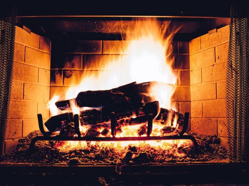 Ugniagesiai patarė: kaip kūrenti krosnis, kad nekiltų gaisras
