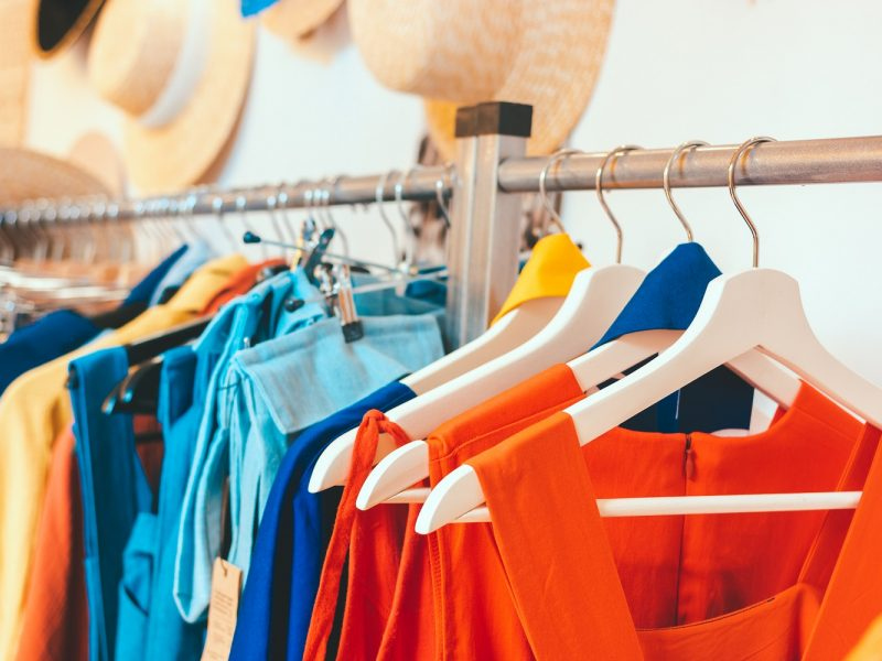 Paleistas už užstatą indas turės nemokamai skalbti kaimo moterų drabužius