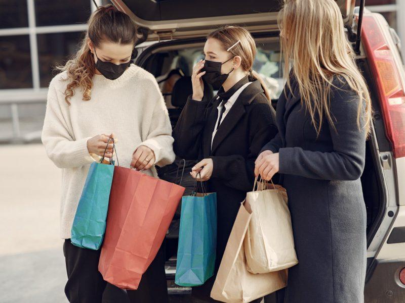 Prancūzija švelnina koronaviruso priemones: vėl leis duris atverti ne maisto prekių parduotuvėms