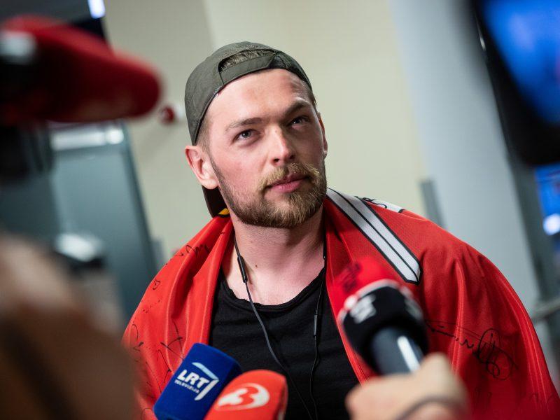 """Per plauką į """"Eurovizijos"""" finalą nepatekęs J. Veklenko grįžo į Lietuvą"""