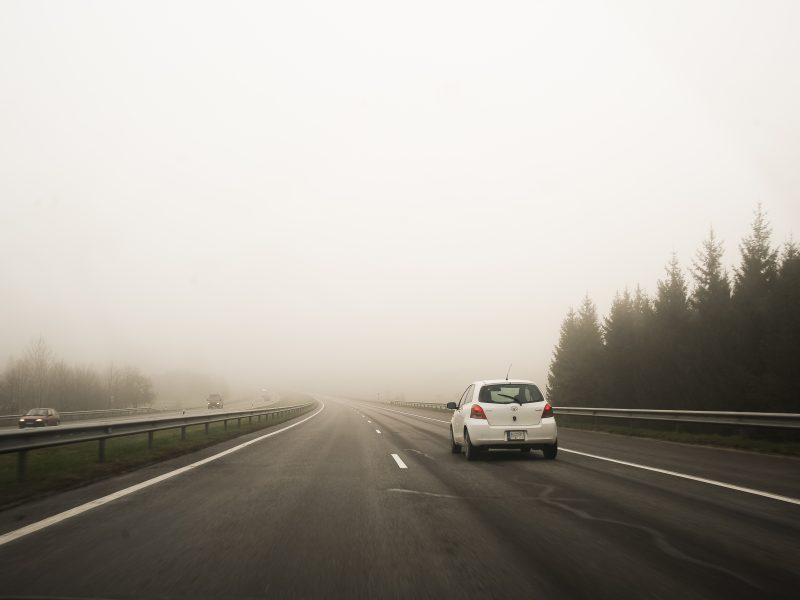 Dalyje Lietuvos eismo sąlygas sunkina rūkas