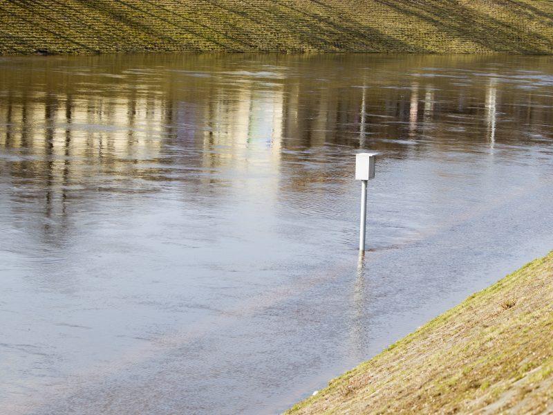 Neblaivus vyras automobiliu įvažiavo į upę