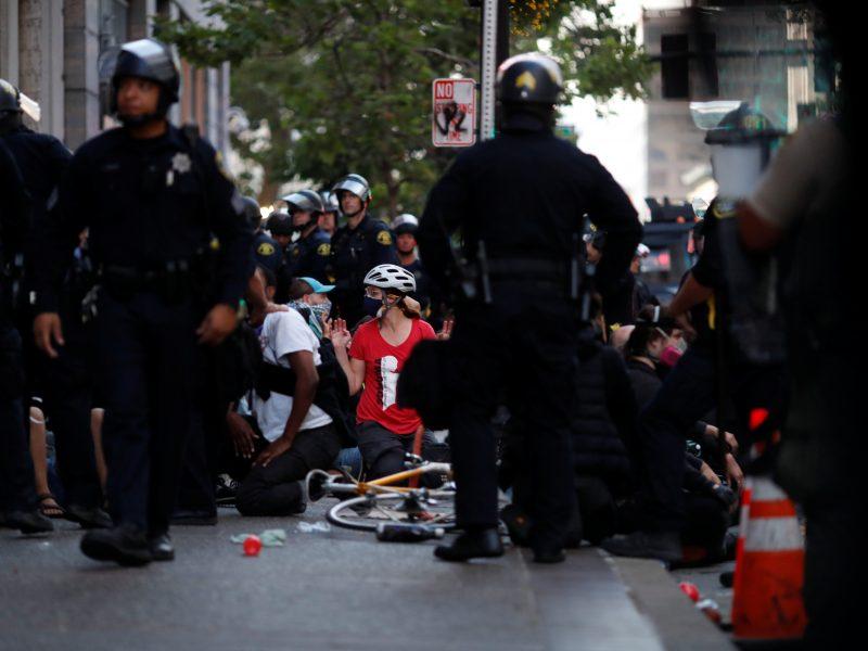 D. Trumpas pagrasino pasiųsti prieš protestuotojus tūkstančius karių