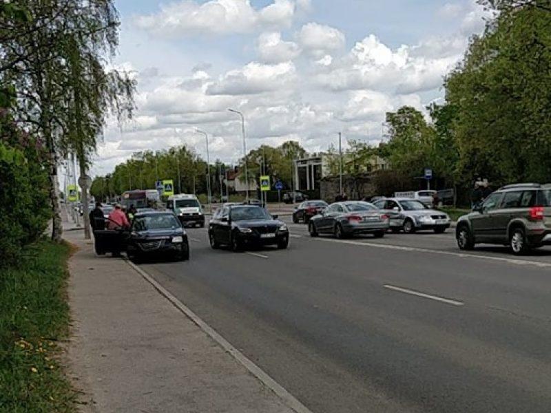 Įvairiose Kauno vietose – spūstys: po avarijos vairuotojui prireikė medikų pagalbos