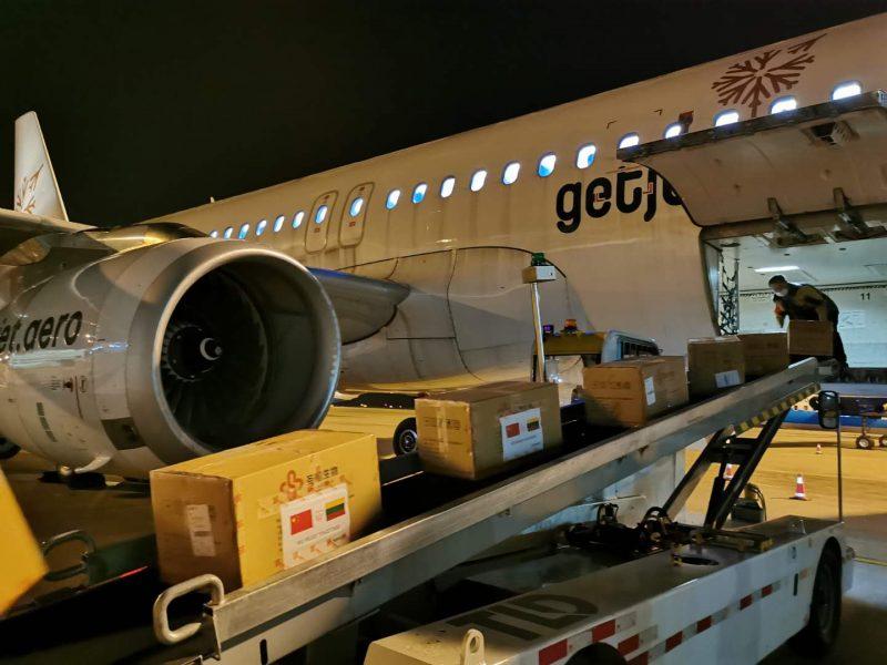 Į Lietuvą iš Kinijos keliauja 300 tūkst. testų ir reagentų