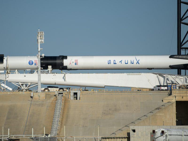 """NASA uždegė žalią šviesą pirmajam pilotuojamam skrydžiui """"SpaceX"""" erdvėlaiviu"""
