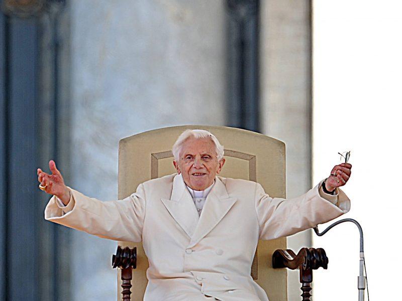 Benediktas XVI prašo pašalinti jo vardą iš knygos apie kunigų celibatą autorių sąrašo