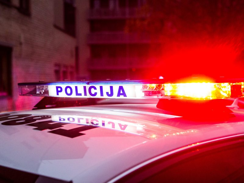 Kodėl policijos automobiliai naudoja mėlynas ir raudonas šviesas?