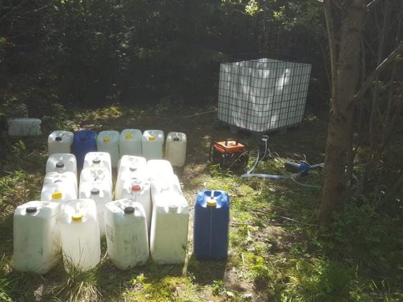 Plungės rajone sulaikytas vyras su 600 litrų naminės degtinės