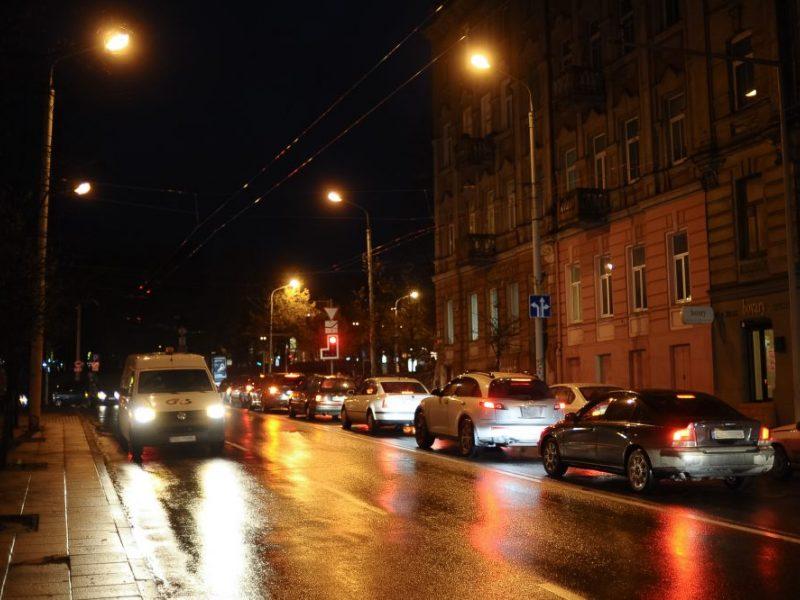 Įspėjimas vairuotojams: naktį eismo sąlygas sunkins plikledis