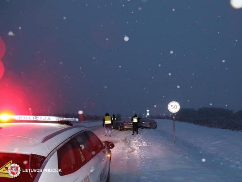 Dėl slidžių kelių – avarijų gausa: vienas BMW buvo visiškai sumaitotas, žuvo jo vairuotojas