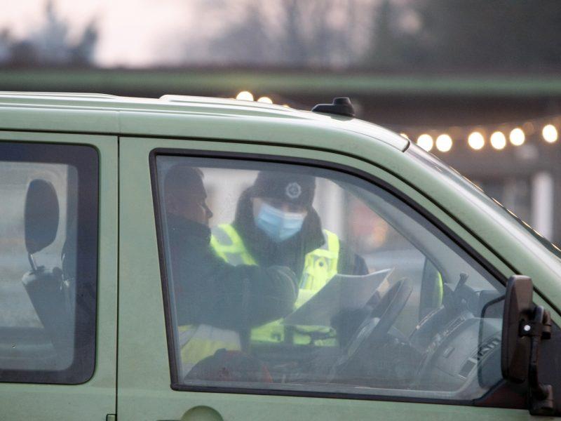 Neblaivūs vairuotojai nestokojo drąsos: buvo apgadintas ir pareigūnų automobilis