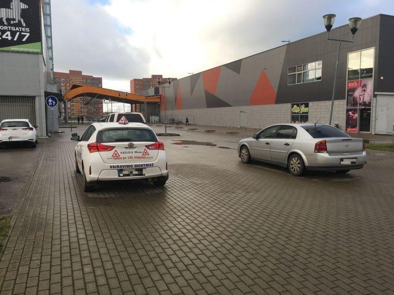 Papiktino vairavimo instruktoriaus elgesys: automobilį paliko ant pėsčiųjų tako