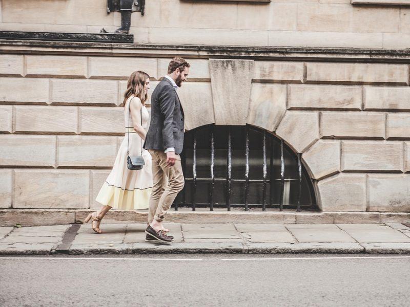 Džentelmeniškas vyras turi eiti tarp moters ir gatvės: kaip susiformavo ši tradicija?