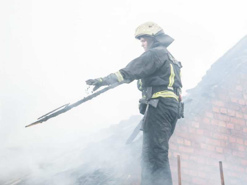 Ugniagesiai sukelti ant kojų: Vilniuje pranešta apie atvira liepsna degantį namą