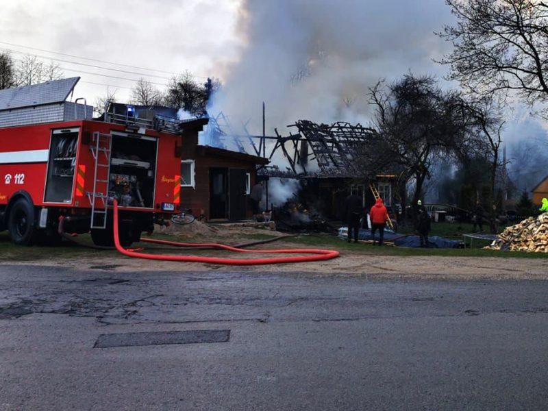 Uostamiesčio ugniagesiams – juoda diena: sudegė keli ūkiniai pastatai