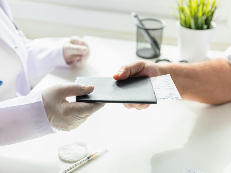 """ES patvirtinti skiepai, kurių nėra EK vakcinų portfelyje, bus įtraukti į """"žaliąjį pasą"""""""