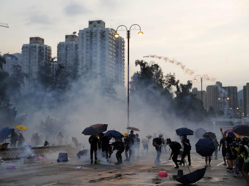 Kinija perspėja Honkongo protestuotojus: tie, kurie žaidžia su ugnimi, nuo jos ir žus