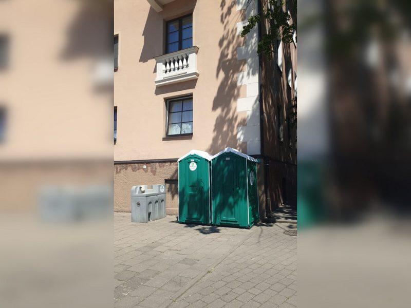 Širsta dėl tualetų po langais: situacija – nepakenčiama