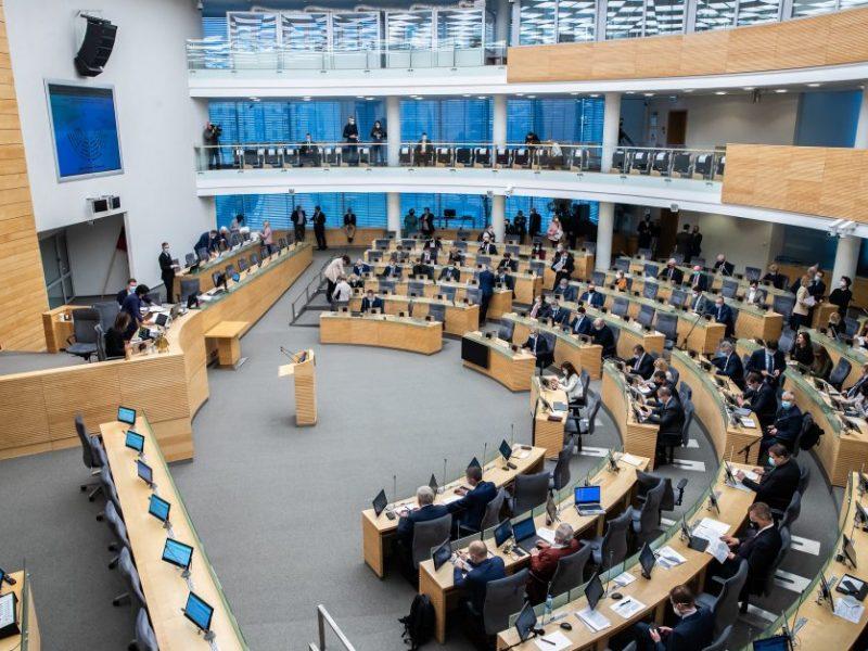 """Žengtas žingsnis leidžiant į Seimą kandidatuoti nuo 21 metų: """"valstiečiai"""" tai vadina degradacija"""