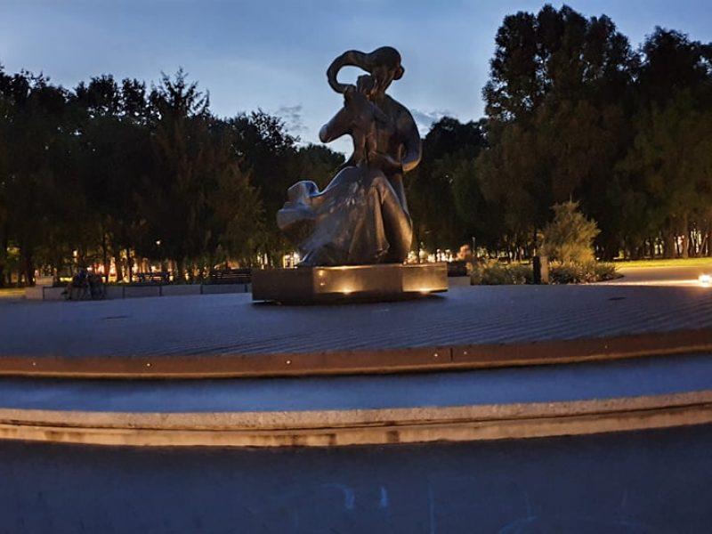Centrinė Draugystės parko dalis lankytojus pasitinka tamsoje