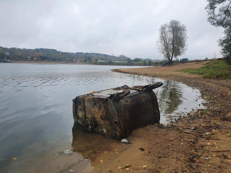 Lampėdžio ežere murkdosi atliekų konteineris