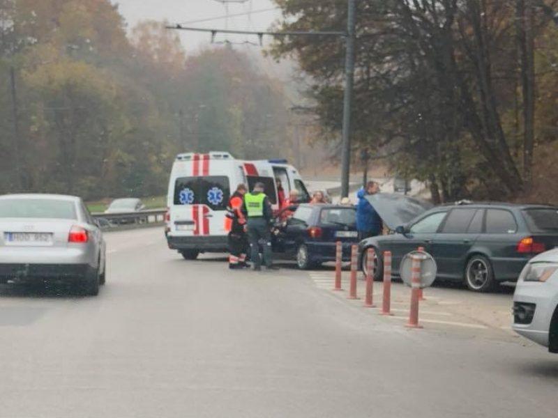 """Avaringoje Kauno sankryžoje susidūrė BMW ir """"Volkswagen"""", yra sužalotų"""