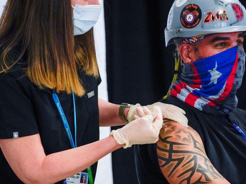 """JAV įvykdė svarbų skiepijimo etapą, N. Zelandija ir Australija atveria """"kelionių burbulą"""""""