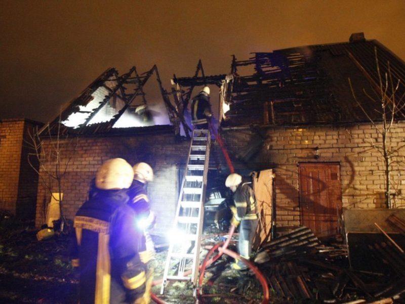Naktinis gaisras Skuodo rajone: liepsnose paskendo ūkinis pastatas