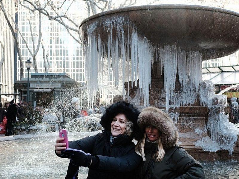JAV toliau kausto šaltis: atšauks naujamečius renginius