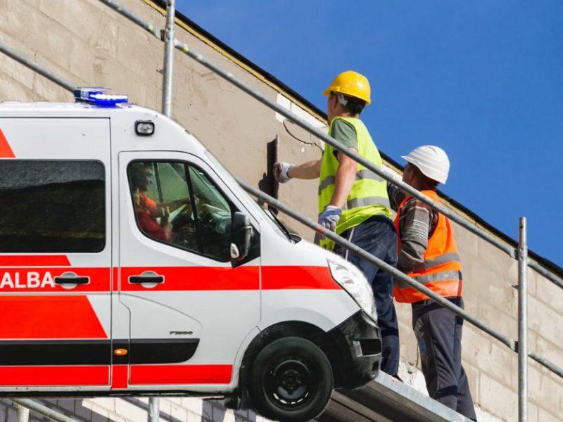 Nelaimė renovuojant daugiabutį: po lūžusiais pastoliais atsidūrė du statybininkai