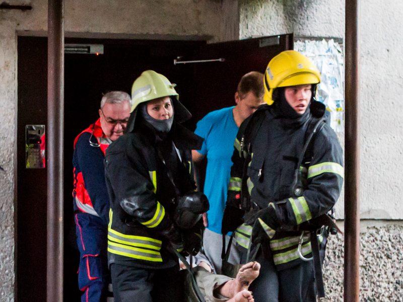 Gaisras Šilainiuose: nuo žūties senolį išgelbėjo kaimynų dūmų jutikliai