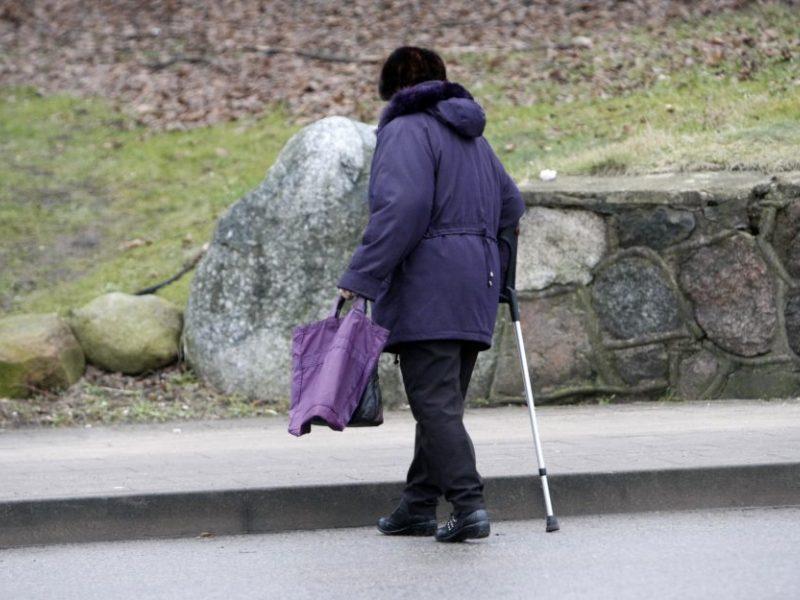 Svarstys, ar vienišiems pensininkams skirti papildomą 42 eurų išmoką