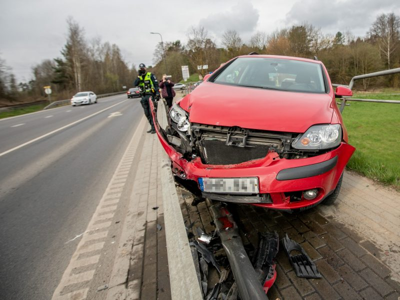"""Kaune ant atitvaro pavojingai pakibo moters vairuojamas """"Volkswagen"""""""