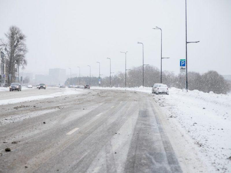 Kelininkai siunčia žinią vairuotojams: būkite budrūs – eismo sąlygas sunkina snygis