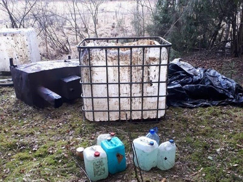 Jurbarko rajono miške sulaikyti du naminę degtinė virę vyrai, rasta 400 litrų raugo